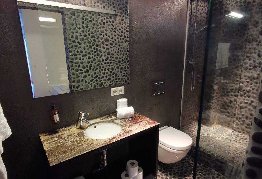 Badezimmer in Höhlenoptik