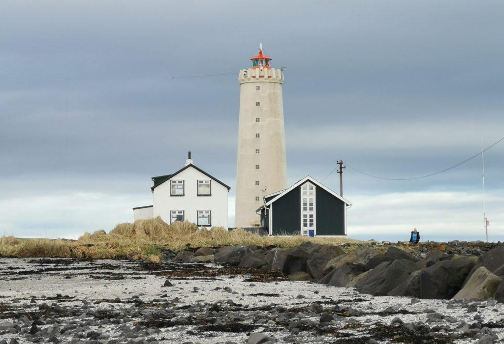 Ein weiser Leuchtturm am Strand von Reykjavik