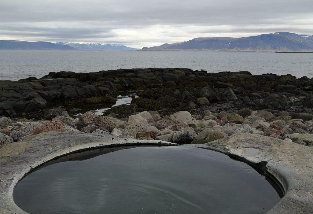 Ein künstlicher Hot Pot an der Küste Reykjaviks